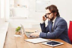 Σοβαρός επιχειρηματίας που μιλά στο κινητό τηλέφωνο Στοκ Εικόνες