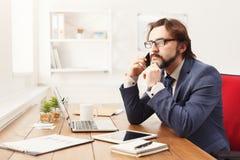Σοβαρός επιχειρηματίας που μιλά στο κινητό τηλέφωνο Στοκ Φωτογραφία