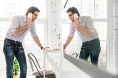 Σοβαρός επιχειρηματίας που μιλά στο τηλέφωνό του Στοκ Εικόνες