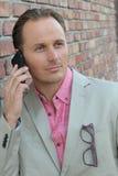 Σοβαρός επιχειρηματίας που μιλά στο τηλέφωνο Στοκ Εικόνες