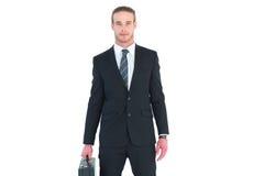 Σοβαρός επιχειρηματίας που στέκεται και που κρατά το χαρτοφύλακα Στοκ Εικόνα