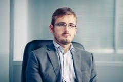 Σοβαρός επιχειρηματίας στο γραφείο στοκ φωτογραφία