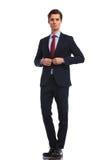 Σοβαρός επιχειρηματίας στο κοστούμι και δεσμός που κουμπώνει το παλτό Στοκ Εικόνα