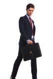 Σοβαρός επιχειρηματίας στο κοστούμι και δεσμός που κρατά έναν χαρτοφύλακα Στοκ φωτογραφία με δικαίωμα ελεύθερης χρήσης
