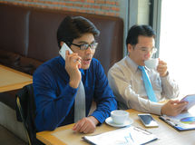 Σοβαρός επιχειρηματίας δύο που χρησιμοποιεί moblie το τηλέφωνο Στοκ φωτογραφίες με δικαίωμα ελεύθερης χρήσης