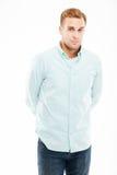 Σοβαρός ελκυστικός νεαρός άνδρας που στέκεται με τα χέρια πίσω από την πλάτη στοκ φωτογραφίες με δικαίωμα ελεύθερης χρήσης