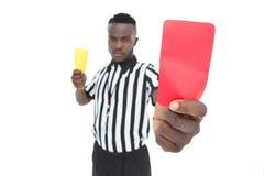 Σοβαρός διαιτητής που παρουσιάζει κίτρινη και κόκκινη κάρτα Στοκ φωτογραφία με δικαίωμα ελεύθερης χρήσης