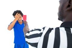 Σοβαρός διαιτητής που παρουσιάζει κόκκινη κάρτα στο φορέα Στοκ Φωτογραφία