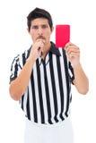 Σοβαρός διαιτητής που παρουσιάζει κόκκινη κάρτα Στοκ Εικόνες