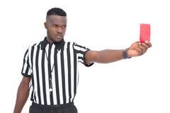 Σοβαρός διαιτητής που παρουσιάζει κόκκινη κάρτα Στοκ φωτογραφίες με δικαίωμα ελεύθερης χρήσης