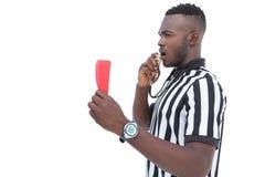 Σοβαρός διαιτητής που παρουσιάζει κόκκινη κάρτα Στοκ εικόνα με δικαίωμα ελεύθερης χρήσης