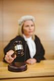 Σοβαρός δικαστής με gavel που φορά τις τηβέννους και την περούκα Στοκ εικόνα με δικαίωμα ελεύθερης χρήσης