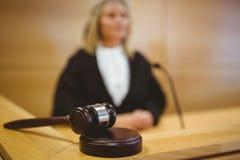 Σοβαρός δικαστής με gavel που φορά τις τηβέννους Στοκ φωτογραφία με δικαίωμα ελεύθερης χρήσης