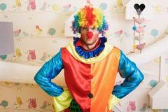 Σοβαρός κλόουν στο αστείο κοστούμι Στοκ Εικόνες
