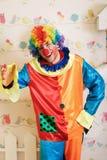 Σοβαρός κλόουν στο αστείο κοστούμι Στοκ φωτογραφίες με δικαίωμα ελεύθερης χρήσης