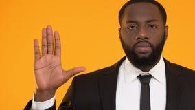 Σοβαρός μαύρος στο κοστούμι που παρουσιάζει σημάδι στάσεων, που απορρίπτει τις δωροδοκίες, παράνομη επιχείρηση απόθεμα βίντεο