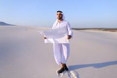 Σοβαρός νέος αραβικός επιχειρηματίας που εξετάζει το σχέδιο κατασκευής, ST Στοκ φωτογραφία με δικαίωμα ελεύθερης χρήσης