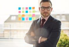 Σοβαρός νέος επιχειρηματίας με τα διασχισμένα όπλα Στοκ εικόνα με δικαίωμα ελεύθερης χρήσης