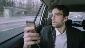Σοβαρός νέος επιχειρηματίας που αρχίζει ένα τηλεφώνημα απόθεμα βίντεο