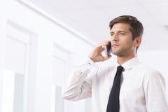 Σοβαρός νέος επιχειρηματίας στο τηλέφωνο Στοκ εικόνες με δικαίωμα ελεύθερης χρήσης