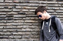 Σοβαρός νεαρός άνδρας κοντά στον τοίχο των πετρών Στοκ φωτογραφία με δικαίωμα ελεύθερης χρήσης