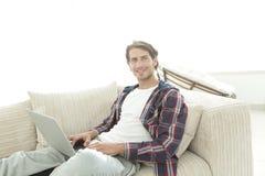 Σοβαρός νεαρός άνδρας με το lap-top Στοκ Εικόνα