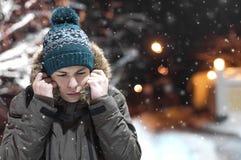 Σοβαρός νεαρός άνδρας σε μια οδό πόλεων Στοκ Φωτογραφίες