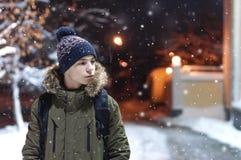 Σοβαρός νεαρός άνδρας σε μια οδό πόλεων Στοκ φωτογραφίες με δικαίωμα ελεύθερης χρήσης