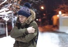 Σοβαρός νεαρός άνδρας σε μια οδό πόλεων Στοκ Εικόνες