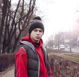 Σοβαρός νεαρός άνδρας στην οδό της πόλης Στοκ εικόνες με δικαίωμα ελεύθερης χρήσης