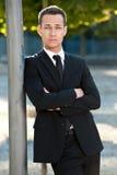 Σοβαρός νεαρός άνδρας στο πάρκο Στοκ Εικόνες