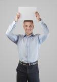Σοβαρός νεαρός άνδρας με ένα έμβλημα Στοκ φωτογραφία με δικαίωμα ελεύθερης χρήσης