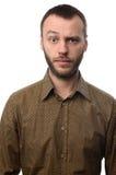 Σοβαρός νεαρός άνδρας με το αυξημένο φρύδι Στοκ Φωτογραφίες