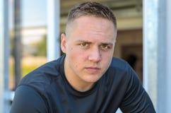 Σοβαρός νεαρός άνδρας που εξετάζει με προσήλωση τη κάμερα Στοκ εικόνα με δικαίωμα ελεύθερης χρήσης