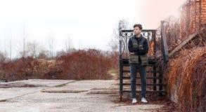 Σοβαρός νεαρός άνδρας που υπερασπίζεται τα σκαλοπάτια Στοκ φωτογραφία με δικαίωμα ελεύθερης χρήσης