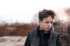 Σοβαρός νεαρός άνδρας που υπερασπίζεται τα σκαλοπάτια Στοκ Εικόνες