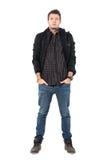 Σοβαρός νεαρός άνδρας στις μπότες αστραγάλων χειμερινών σακακιών και δέρματος που εξετάζει τη κάμερα Στοκ Εικόνες