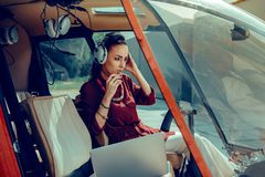 Σοβαρός πεπειραμένος θηλυκός πειραματικός έχοντας τη σύνδεση με το χε στοκ φωτογραφία