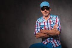 Σοβαρός περιστασιακός ηληκιωμένος που φορά τα γυαλιά ηλίου και το sitti καπέλων μπέιζ-μπώλ στοκ εικόνα με δικαίωμα ελεύθερης χρήσης