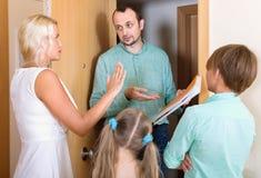 Σοβαρός συλλέκτης για να συλλέξει το χρέος από την οικογένεια στοκ φωτογραφία