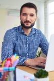 Σοβαρός τύπος που λειτουργεί στο lap-top Στοκ εικόνες με δικαίωμα ελεύθερης χρήσης
