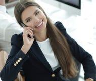 Σοβαρός υπάλληλος γυναικών που μιλά σε κινητό του Στοκ Φωτογραφία