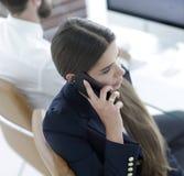 Σοβαρός υπάλληλος γυναικών που μιλά σε κινητό του Στοκ εικόνα με δικαίωμα ελεύθερης χρήσης