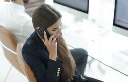 Σοβαρός υπάλληλος γυναικών που μιλά σε κινητό του Στοκ φωτογραφία με δικαίωμα ελεύθερης χρήσης