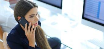Σοβαρός υπάλληλος γυναικών που μιλά σε κινητό του Στοκ φωτογραφίες με δικαίωμα ελεύθερης χρήσης