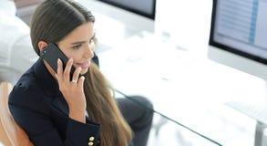 Σοβαρός υπάλληλος γυναικών που μιλά σε κινητό του Στοκ Εικόνες