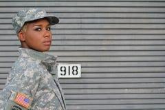Σοβαρός υπερήφανος μαύρος θηλυκός στρατιώτης με το διάστημα για το αντίγραφο Στοκ εικόνες με δικαίωμα ελεύθερης χρήσης