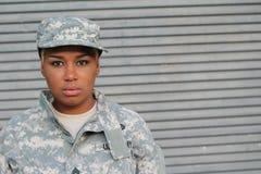 Σοβαρός υπερήφανος μαύρος θηλυκός στρατιώτης Στοκ Εικόνες