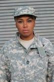 Σοβαρός υπερήφανος μαύρος θηλυκός στρατιώτης στοκ εικόνα με δικαίωμα ελεύθερης χρήσης