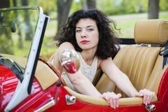 Σοβαρός φανείτε γυναίκα κοιτάζει από το αυτοκίνητο Στοκ Εικόνες